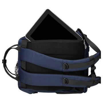 背面にはPC 収納部と直結したファスナー付き
